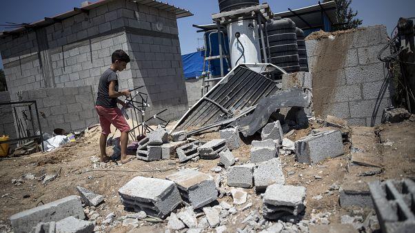 طفل فلسطيني يتفقد الأضرار التي لحقت بمنزل عائلته في أعقاب غارات جوية إسرائيلية على مخيم البريج وسط قطاع غزة 15 أغسطس ، 2020.