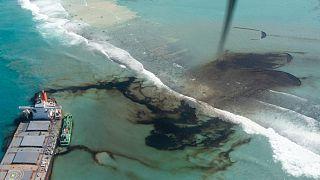 Mauritius Adası'nda karaya oturan gemiden 1000 ton petrol denize sızdı