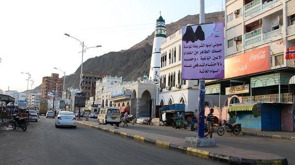 الشوارع في ميناء المكلا اليمني مع لافتات معلقة من قبل مسلحي القاعدة تعلن الأوامر