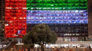Tel Aviv'deki belediye binası BAE bayrağını simgeleyen ışıklarla aydınlatıldı
