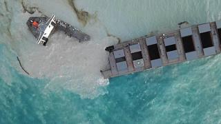Mauritius: Ship leaking tons of oil breaks apart