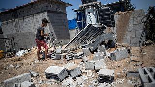 کودک فلسطینی در میان ویرانههای ناشی از حمله اسرائیل