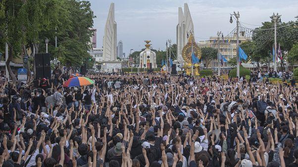 Une manifestation pro-démocratie réunit 10 000 personnes à Bangkok