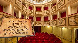 La frase all'ingresso del Teatro della Concordia, voluta dai fondatori: nel 1808.