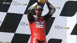 Andrea Dovizioso levanta o troféu
