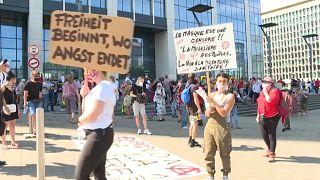 """En Bruselas protestaron contra lo que llamaron """"dictadura sanitaria"""""""