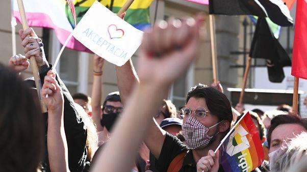 مواجهة بين متظاهرين مؤيدين للمثلية وآخرين معارضين لها في وارسو