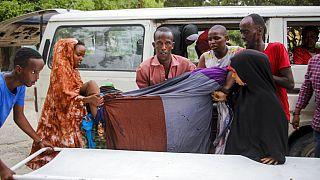 Somali'nin başkenti Mogadişu'da br oteli hedef alan bombalı saldırıda yaralanan bir kadın, hastaneye götürülürken