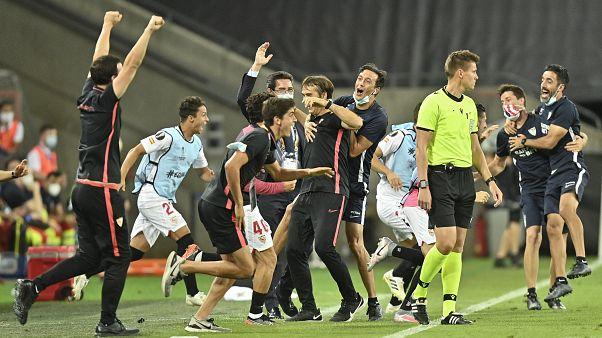 Die Spieler des FC Sevilla bejubeln in Köln den Finaleinzug