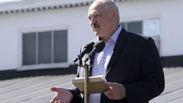 Aljakszandr Lukasenka beszédet mond egy minszki traktorgyárban 2020. augusztus 17-én