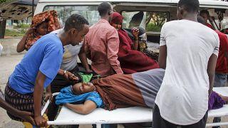 Медики помогают раненым