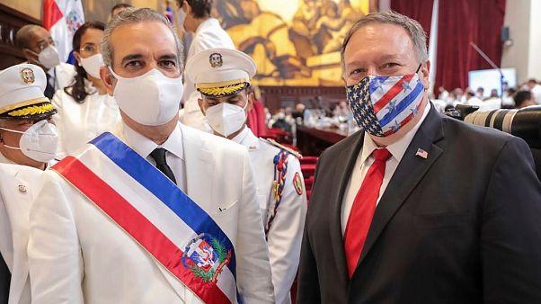 Luis Abinader junto al jefe de la diplomacia estadounidense, Mike Pompeo, tras la toma de posesión