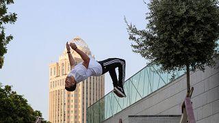 أحد ممارسي الباركور في الدوحة
