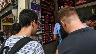 TL haftaya Euro ve Dolar karşısındaki rekor kaybını sürdürerek başladı.