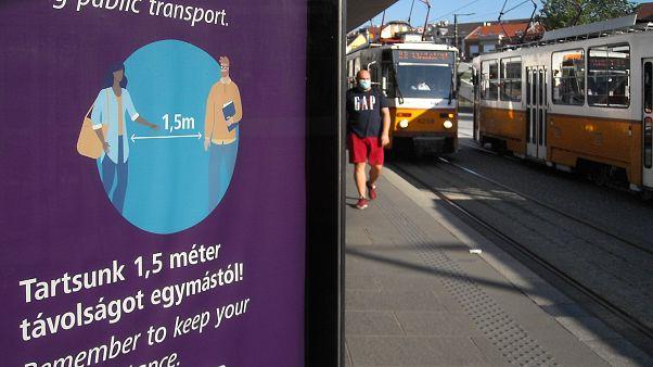Távolságtartásra figyelmeztető plakát Budapesten