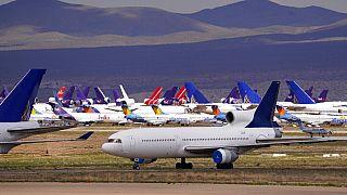A koroanvírus-járvány miatt használaton kívül helyezett repülőgépek a kaliforniai Victorville-ben