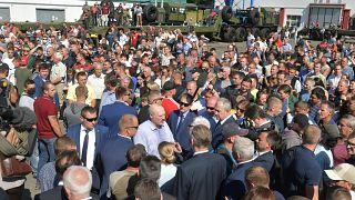 Munkásokkal beszélget Lukasenka fehérorosz elnök egy minszki traktorgyárban