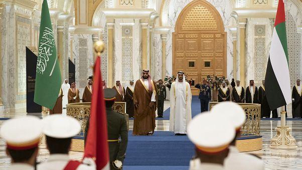 ولي العهد السعودي محمد بن سلمان رفقة ولي عهد أبوظبي محمد بن زايد آل نهيان في قصر الوطن في أبوظبي، الإمارات العربية المتحدة.