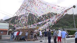 """شاهد: اليابانيون يودعون أرواح أسلافهم في اليوم الأخير من مهرجان """"البون"""" البوذي"""