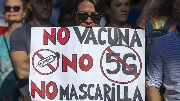 Se oltás, se 5G, se maszk - olvasható a tüntető plakátján