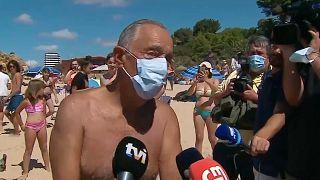 الرئيس البرتغالي مارسيلو ريبيلو دي سوزا يتحدث لوسائل إعلام محلية بعد إنقاذه فتاتين في البحر