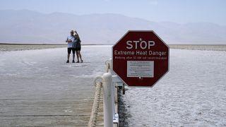 Des touristes se prennent en photo dans la Vallée de la mort qui a enregistré une température de 54 degrés Celsius le 17 août 2020