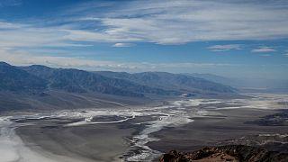 """Vista da Dante's Peak sulla zona salata """"Badwaters Basin"""" - deserto della Valle della Morte in California"""