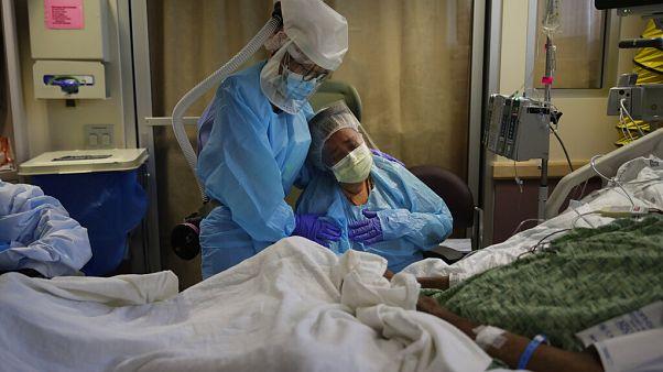 Μια γυναίκα αποχαιρετά τον σύζυγο της που πεθαίνει από COVID-19