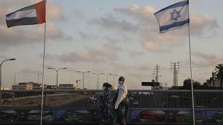 İsrail'in Netanya şehrinde İsrail ve BAE bayrakları