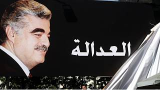 Lübnan'ın suikast sonucu 2005'te öldürülen eski Başbakanı Refik Hariri'nin destekçileri, 'adalet' yazılı bir pankart asarken