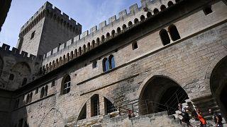 Des touristes visitent le Palais des Papes à Avignon en France le 10 août 2020