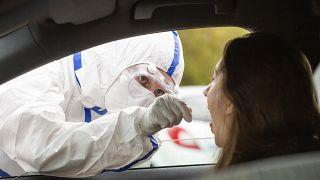 علماء يتوصلون لتركيبة رذاذ من جزيئات صناعية قد توفر حماية ضد فيروس كورونا المستجد