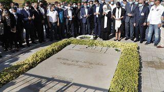 Sister visits grave of Rafik Hariri