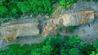 Indios no contactados vistos desde un avión de investigación del gobierno brasileño sobre el Amazonas en el estado de Acre, cerca de la frontera con Perú, mayo de 2008.