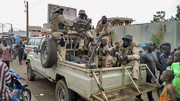 Военные и жители Бамако собрались у резиденции арестованного президента.