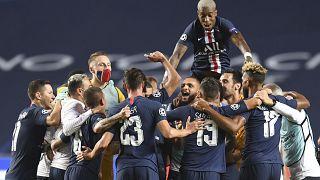 Jugadores del PSG celebran el final del partido de semifinales de la Liga de Campeones entre el RB Leipzig y el Paris Saint-Germain en el estadio Luz de Lisboa, Portugal.