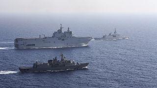 حاملة طائرات فرنسية ترافقها سفن عسكرية يونانية وفرنسية خلال مناورة بحرية شرق البحر المتوسط