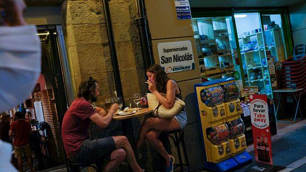 Personas en una terraza de Pamplona, España