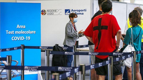 Ταξιδιώτες αναμένουν τη σειρά τους για να υποβληθούν σε τεστ για κορονοϊό