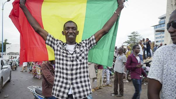 Un hombre celebra en Mali el golpe militar
