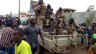 Des militaires maliens fêtés par des habitants de Bamako, devant la résidence présidentielle le 18 août 2020