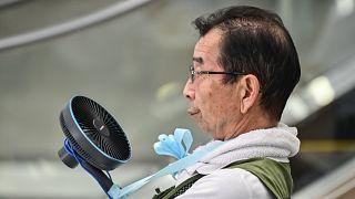 Tokyo'da serinlemeye çalışan yaşlı bir adam