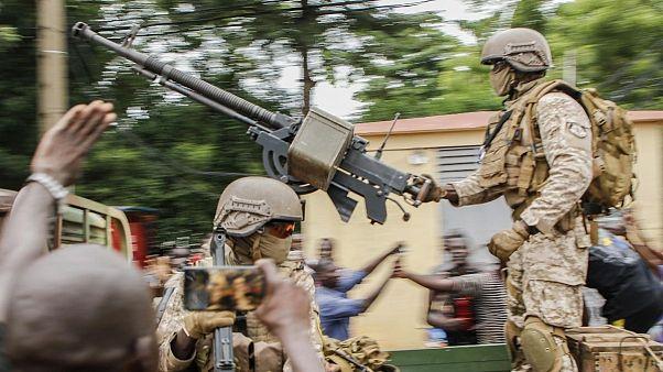 شادی تظاهرکنندگان در مالی پس از کودتای نظامی
