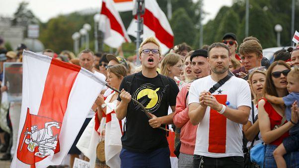 متظاهرون يحملون الأعلام الوطنية البيلاروسية القديمة في مينسك بيلاروسيا