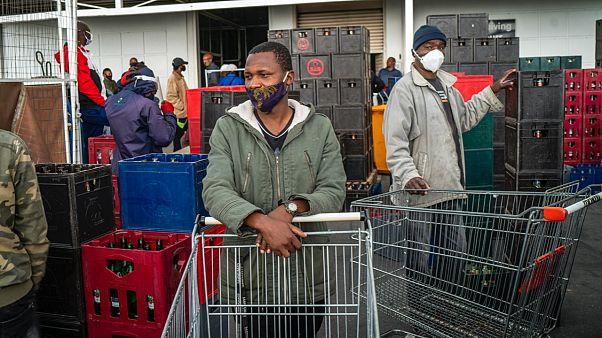 Koronavirüs ile mücadele önlemlerini hafifleten Güney Afrika'da içki satışları salı günü serbest bırakılınca bar çalışanları malzeme almak için büyük marketlere akın etti