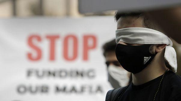 Un manifestante bulgare bendato: forse non vuole più vedere le nefandezze del governo Borissov.