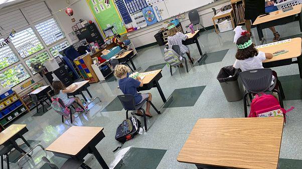 Μαθητές και δασκάλα τηρούν τις απαραίτητες αποστάσεις