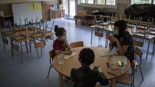 Professores espanhóis anunciam greve por causa da covid-19