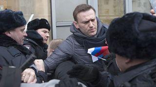 Rendőrök gyűrűjében az orosz ellenzék vezére, Navalnij egy tüntetésen 2018-ban
