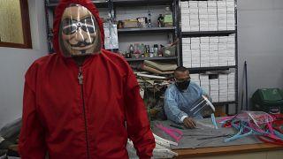 Un recluso muestra un traje de protección creado en el taller de la cárcel